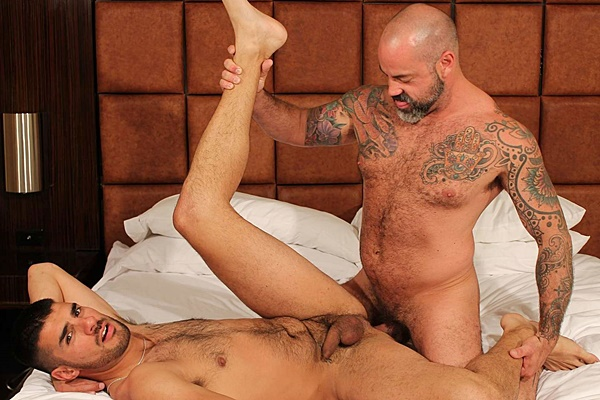 Muscle daddy Scotty Rage barebacks handsome Nick Andrews at Barebackthathole