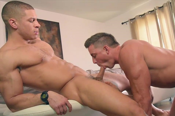 Hot muscle jock Sean Costin fucks football star Derek Jones at Gayhoopla