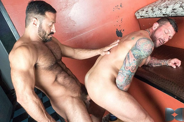 Masculine daddy Vinnie Stefano barebacks inked hunk Hugh Hunter at Barebackthathole