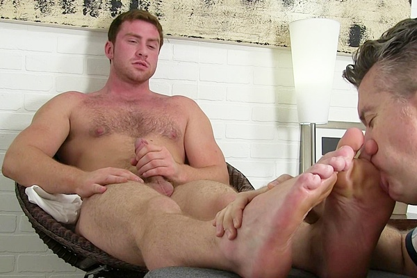 Hot muscle hunk Connor Maguire gets off twice while being worshiped at Myfriendsfeet