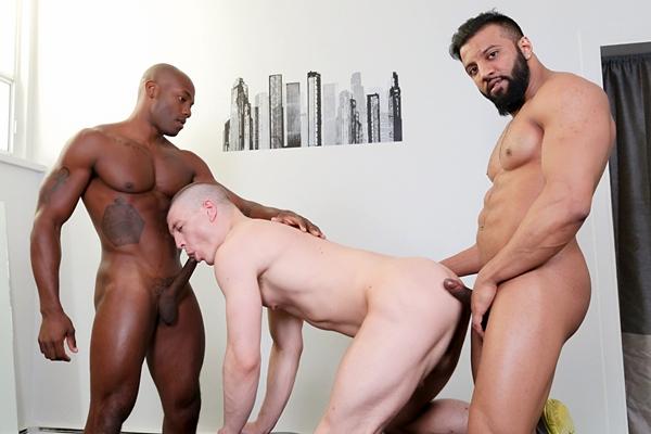 Muscle hunk Damian Flexxx fucks Osiris Blade and Caleb King at Nextdoorebony