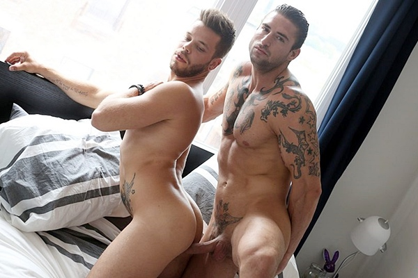 Handsome inked muscle hunk Derek Thibeau fucks Kevin David at Menofmontreal