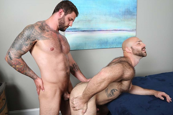 Hot straight muscle hunk Ronin breeds sexy hairy stud Tatum Parks at Chaosmen