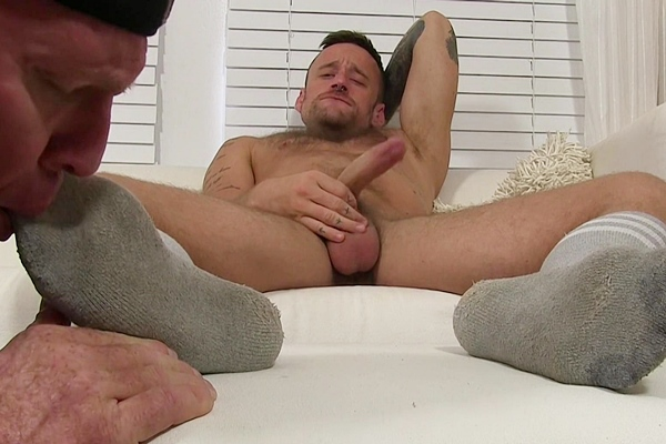 Hot tattooed jock Hoytt Walker cums while being foot worshipped by Uncle Dev at Myfriendsfeet