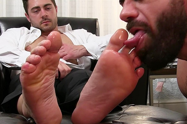 Muscle hunk Derek Bolt cums while getting foot worshiped by Ricky Larkin at Myfriendsfeet